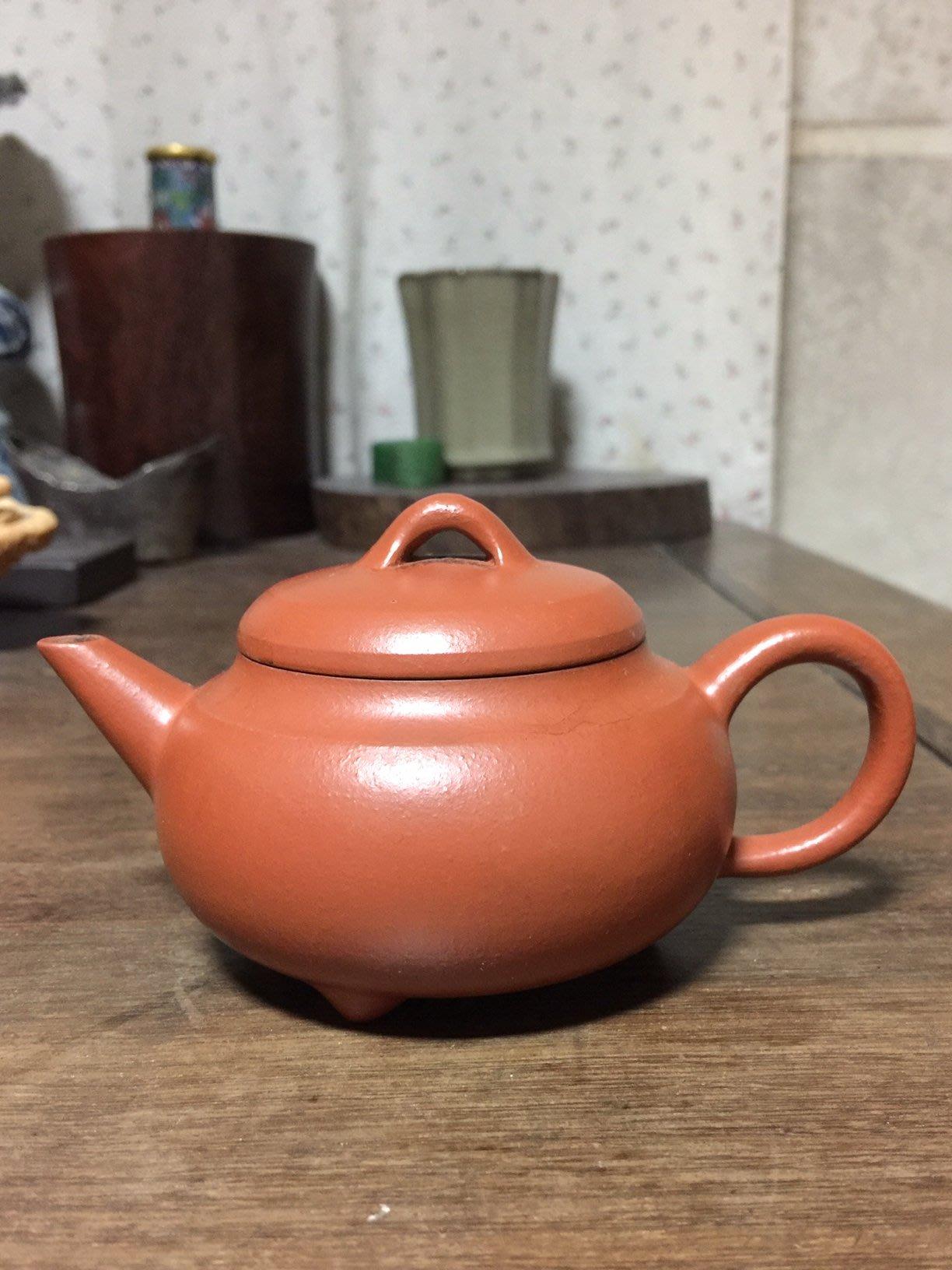 民國76年至曾財萬(阿萬師)處訂購之三腳直流細梨皮壺(約7-8杯容量)
