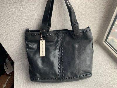 德國 FREDsBRUDER 黑色,裂紋牛皮 窩釘 手挽 單咩袋 ($480 包順豐)