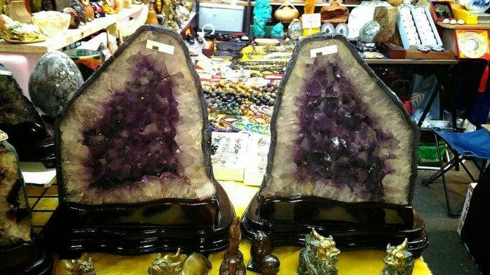 代Po琉晶坊 ~~~等了5年才有的(一對紫晶洞)大齒紫的,百年難得一件雙包胎晶洞!!通常只有質地好的才能一對!!超值!!
