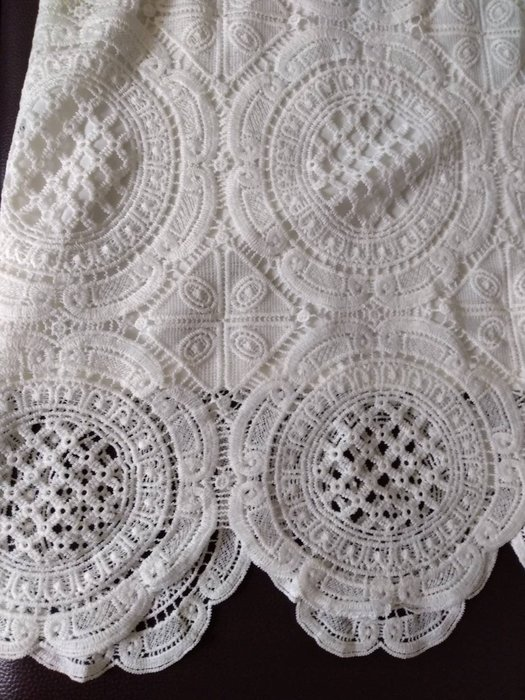 【QIYUANXIN 】白色滿版精緻蕾絲短袖洋裝--IROO/MOMA
