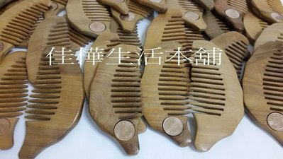【佳樺生活本舖】100入外國人最愛台灣造型紀念幣天然梢楠木梳出國伴手禮刮痧板批發