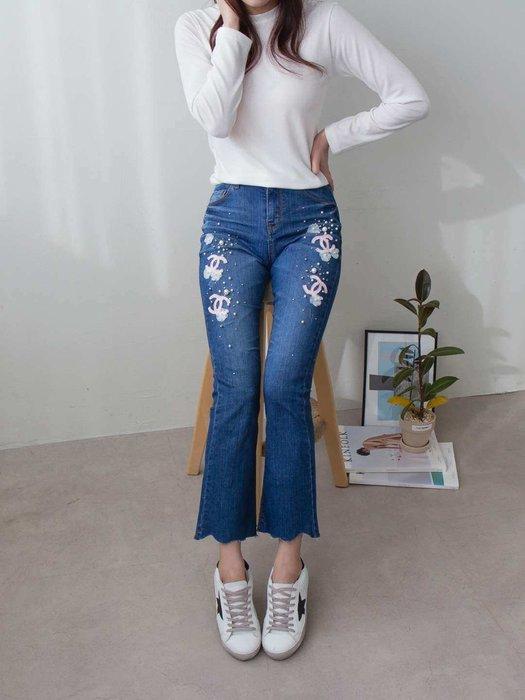 韓國 官網 熱賣款重手工粉紅小香珍珠釘鑽 不掉鑽 彈性腰圍面料激瘦刷色牛仔褲微喇叭褲 單一色 1750 預購 S~XL