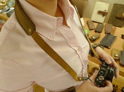 (KH手工皮革皮件)純手工全牛皮單眼相機專用減壓背帶皮革縫線顏色自選,雙邊快拆扣環免費燙字配合全家7-11取件