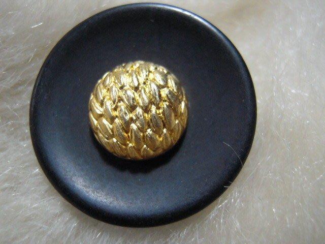 ※布箱子※ 縫紉拼布手作配件~扣子.鈕扣.釦子(DT652)~單孔~25mm~剩最後1個