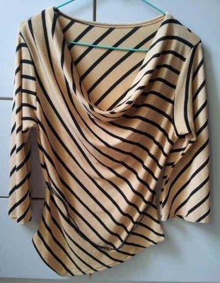 (A1箱)鵝黃色斜條紋垂墜領不規則衣襬寬口七分袖上衣~99元起標~