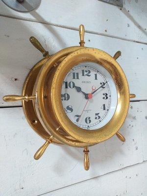 【港都收藏】日本老件壁掛船舵時鐘,直徑含舵23公分,厚9公分,時間行走功能正常。二手老船件/船燈/船鐘/船鐘/銅鐘。