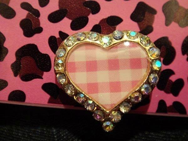 全新美國名牌 Betsey Johnson 粉紅愛心格紋造形穿耳式耳環,低價起標無底價!本商品免運費!