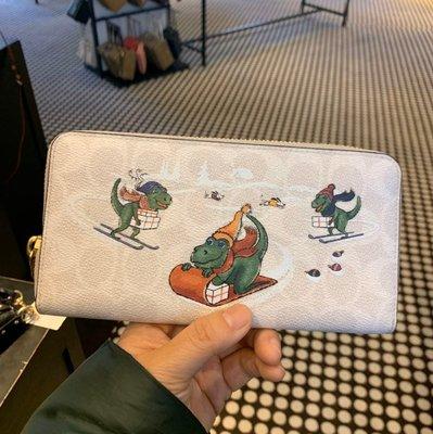 Alina代購 COACH 86099 2020新款 迪士尼合作款 貼布小恐龍 女士皮夾 拉鏈長夾 手拿包 附購證
