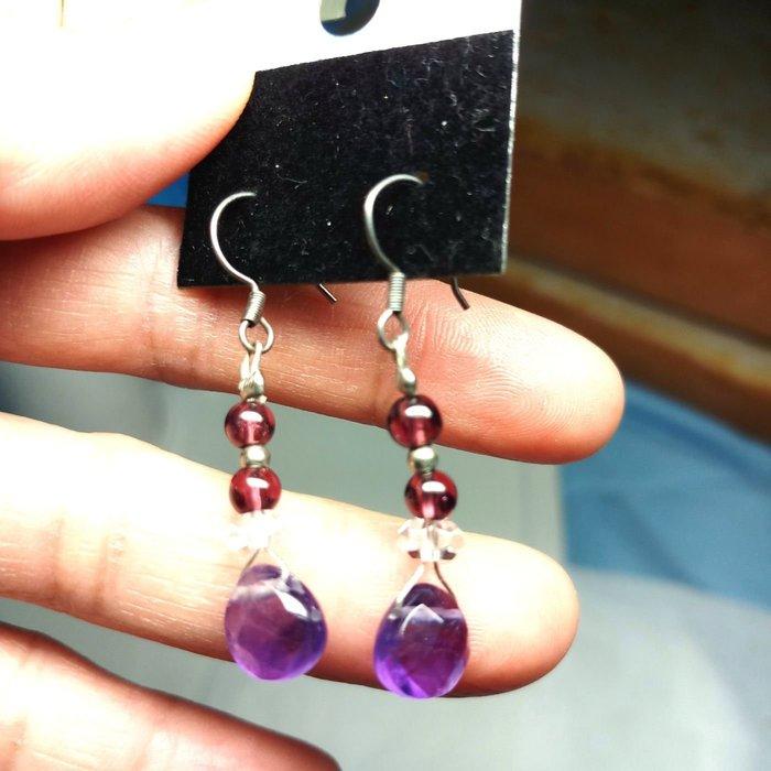 雅痞晶館~天然切角紫水晶水滴造型耳環!純銀耳掛式耳針(須有耳洞)設計款~天然紅石榴石+切角扁珠白水晶串連垂飾!僅一個