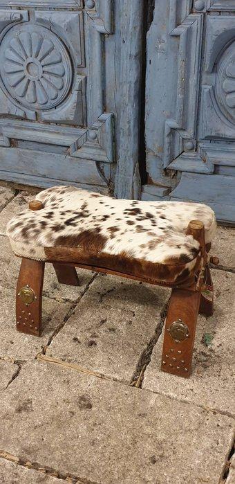 【卡卡頌  歐洲古董】🐄西班牙老件 手工 銅雕飾  真毛皮  個性 矮凳  歐洲老件  ch0440 ✬