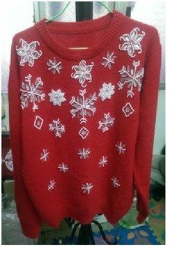 紅色圓領長袖毛衣,毛衣前面亮片及珠子設計,無內裡。很暖和又好看的衣服。(N11)