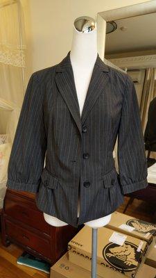 Banana Republic 九成新真品深灰色條紋附腰帶西裝外套---1.6折出清