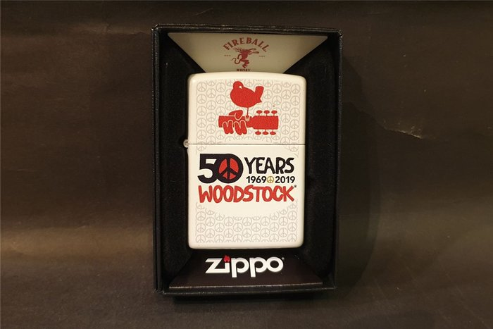 ONE*$1~*美系*ZIPPO*Woodstock-50th Annivers《伍德斯托克》白底紅漆*編號:49012