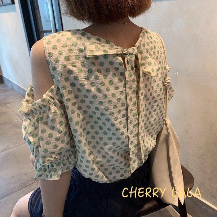 CHERRY LALA  正韓連線。19夏。韓製 韓國連線 甜美露肩點點背後繫帶珍珠領口棉麻娃娃衫 X06181