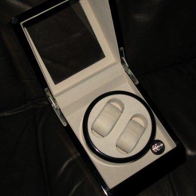 電動上練錶箱、兩粒AA電芯操作、可放兩隻自動錶