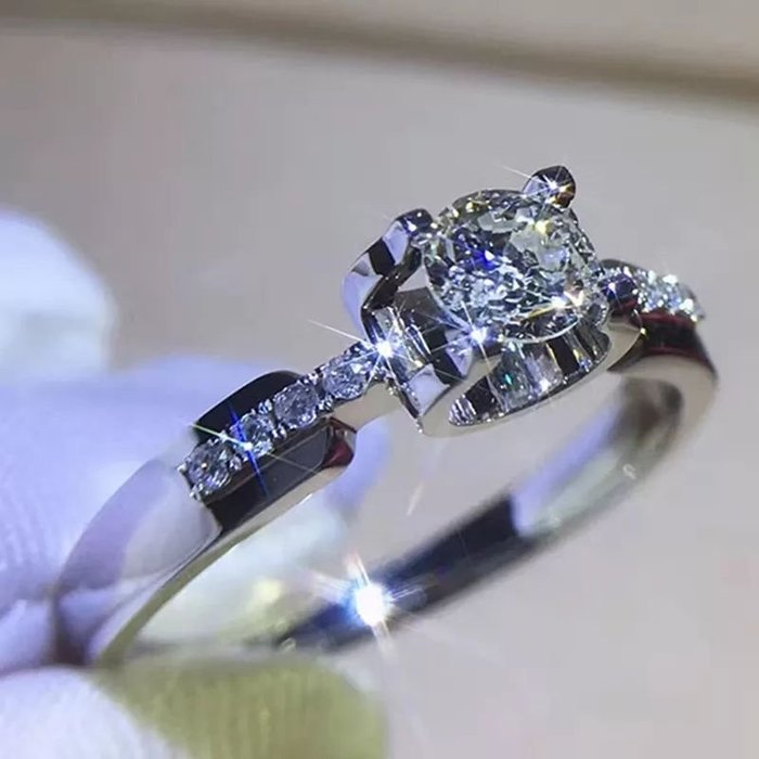 18K真金1克拉莫桑鑽卡迪亞新款微鑲鑽戒女款不退色 大品牌款式設計 精工爪鑲結婚 訂婚訂做k金 鉑金玫瑰金 莫桑鑽寶