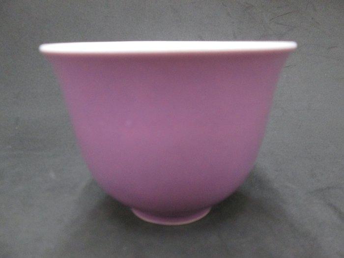 《福爾摩沙綠工場》@ 單色釉瓷杯-紫,底款:上海市博物館 一九六二年,容量120CC 特價650元。
