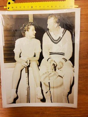 奧斯卡四度最佳女主角 凱薩琳.赫本(Katharine Hepburn)和網球名人堂唐納德.巴奇(Donald Budge)大照片25×20cm,原版(非翻拍)