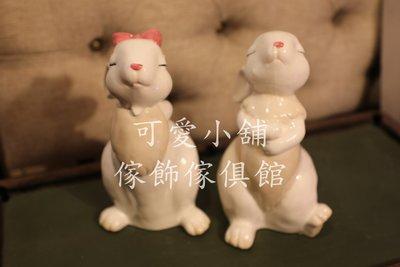 (台中 可愛小舖)可愛動物鄉村風一對兔子白色戴粉紅色蝴蝶結站立抬頭造型擺飾裝飾飾品擺件裝潢美觀佈置居家房間辦公室寵物店