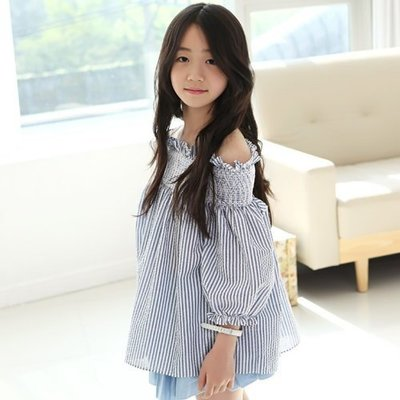 ~╮小衣衫S13╭~中大童清新藍白條紋一字領寬鬆上衣