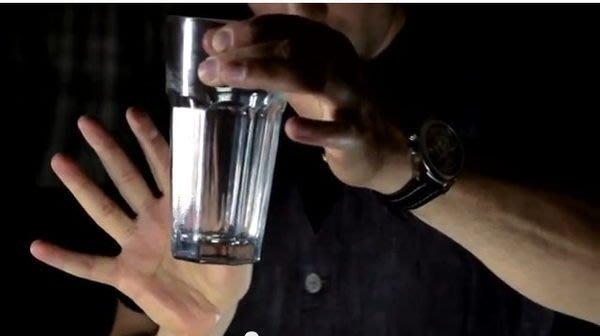 【意凡魔術小舖】 超震撼硬幣穿杯硬幣穿玻璃杯純手法免道具