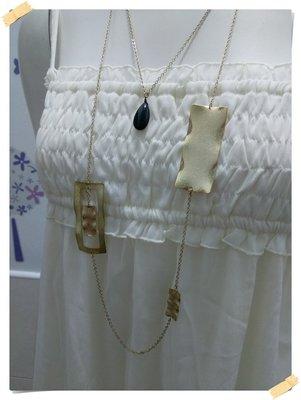 免運出清。俊克GINKOO【全新專櫃商品】淡金色 迷人 時尚感波浪金屬片縷空方框雙層長版項鍊。F號