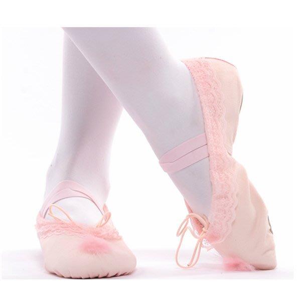 5Cgo【鴿樓】會員有優惠 42366497562兒童成人芭蕾舞蹈鞋軟底練功演出女花邊毛球跳舞鞋綁帶 芭蕾舞鞋