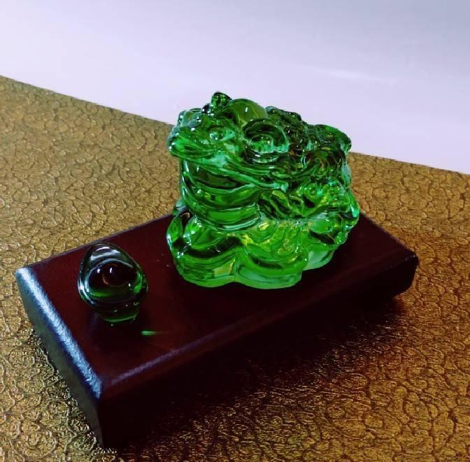 林老師開運坊~ 琉璃綠色蟾蜍(長6寬5 高4.2cm)+元寶、底座、旺財符~咬錢.招財~硃砂開光