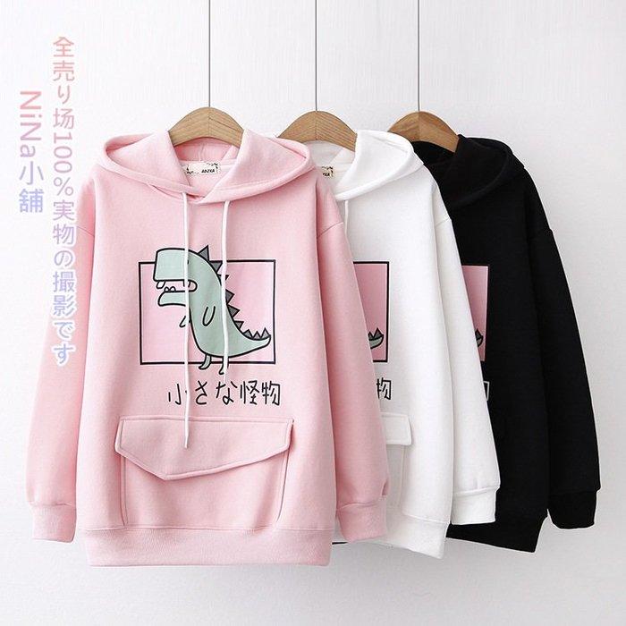 NiNa小舖【DS25427】日系學院風卡通恐龍小怪物印花裝飾寬鬆童趣內加絨保暖長袖連帽衛衣T恤上衣(3色)預購