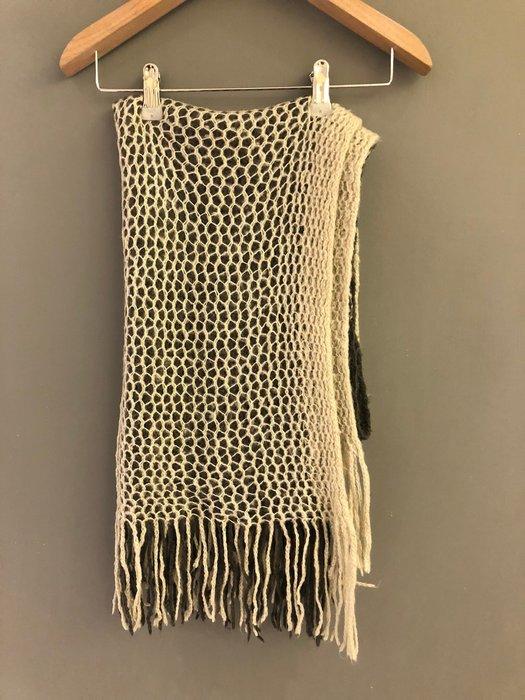 朵拉媽咪【二手】雙面色 米白 x 深灰 洞洞 鏤空 毛料 針織 圍巾 針織圍巾 披肩 流蘇圍巾 流蘇 毛料圍巾