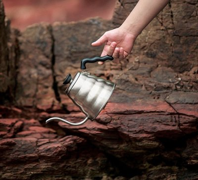 送【店家 計量匙】 HARIO VKB-70HSV 不鏽鋼 雲朵細口壺 手沖壺 700ml 手沖咖啡《桀米咖啡》