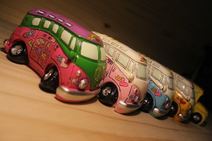 (I LOVE樂多)日本進口VW T1 Volkswage 福斯 麵包車彩繪模型存錢筒 共有5種彩繪樣式