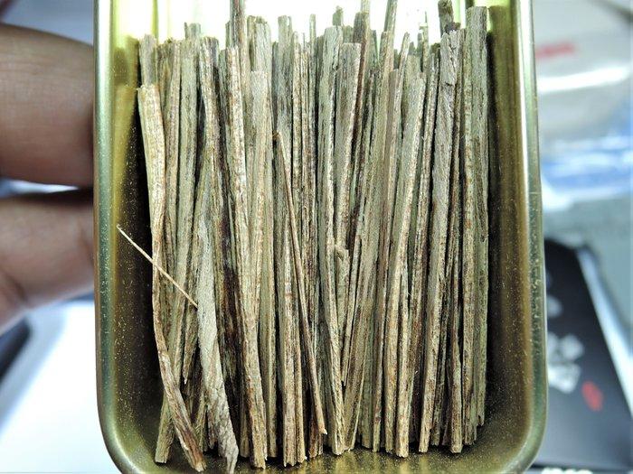 12R2越南芽莊沉香5A級 帶有瓜蜜甘甜還有一絲絲的凉意 抽煙片.熏香.煎香.煙絲 煙針. 5克鐵盒裝