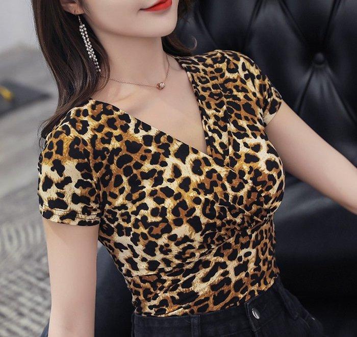 V領短袖上衣 夏季百搭短袖上衣 豹紋款波點款修身上衣時尚設計 女款V領短袖上衣【S~4XL】