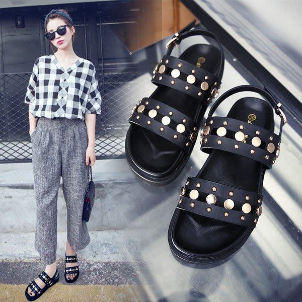 5Cgo【鴿樓】會員有優惠 528837920172 夏季新款歐美黑色羅馬鞋平底女鞋露趾鉚釘松糕厚底涼鞋女學生