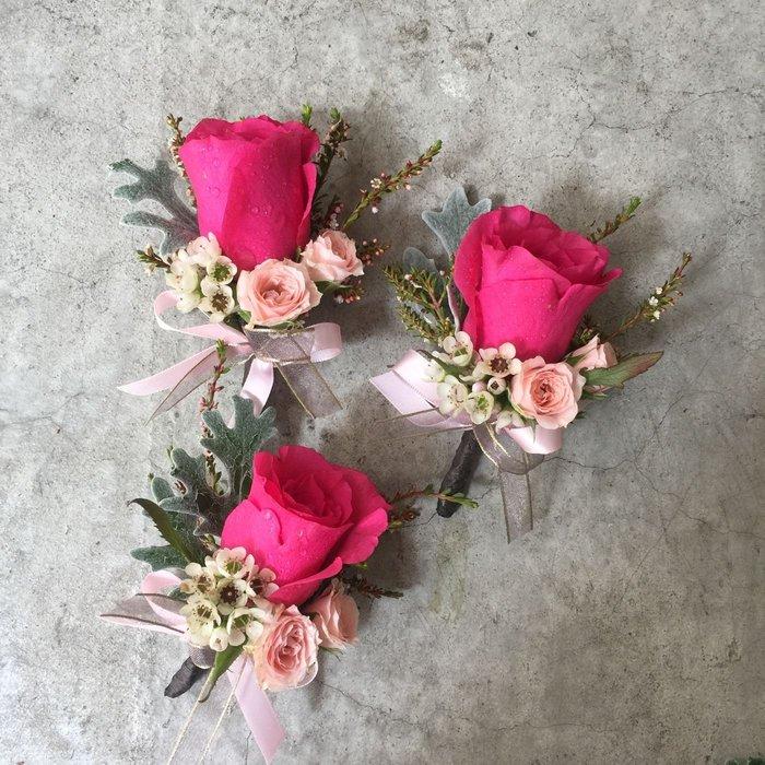 H83。桃紅玫瑰胸花。主婚人胸花。新郎胸花。台北西門花店。【Flower&House花藝之家】