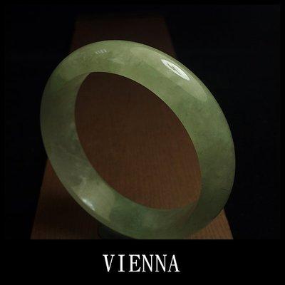 【VIENNA】《手圍19.5/17mm版寬》緬甸玉/冰種綿潤湖水綠翡翠/玉鐲/手鐲W+/Y10