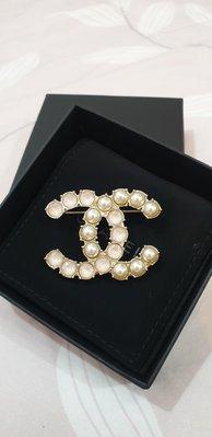 (全新收藏美品釋出)Chanel 香奈兒淡金大logo粉色鑽+珍珠 別針/胸針