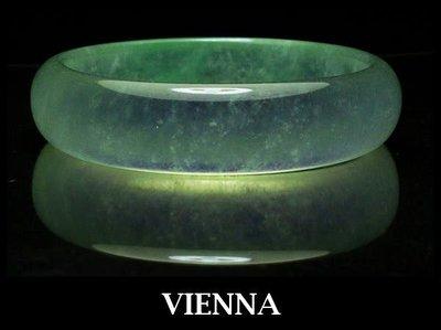 (已蒙收藏)【VIENNA】《手圍18.3/14mm版寬》緬甸玉玻璃種泛水超美嚴選翠綠/橢圓翡翠/玉鐲/K@*+/S03
