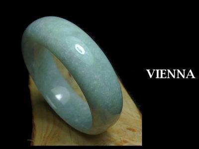 《A貨翡翠》【VIENNA】《手圍17.7/19mm版寬》緬甸玉/冰種大方嫩豆綠/玉鐲/手鐲W-010
