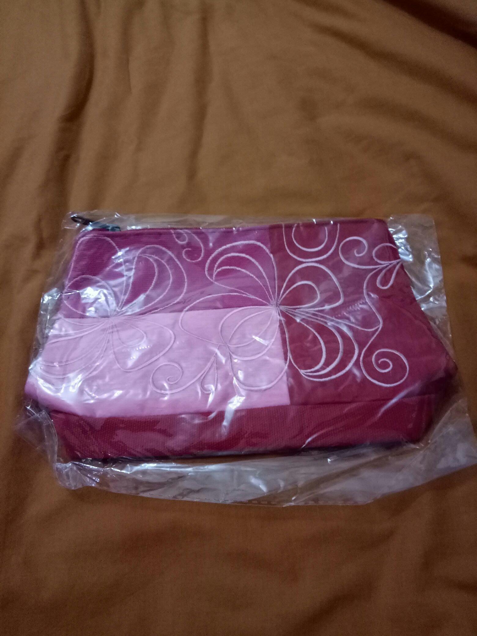紅色化妝包手拿包15x21x7cm(櫃邊白億帶)