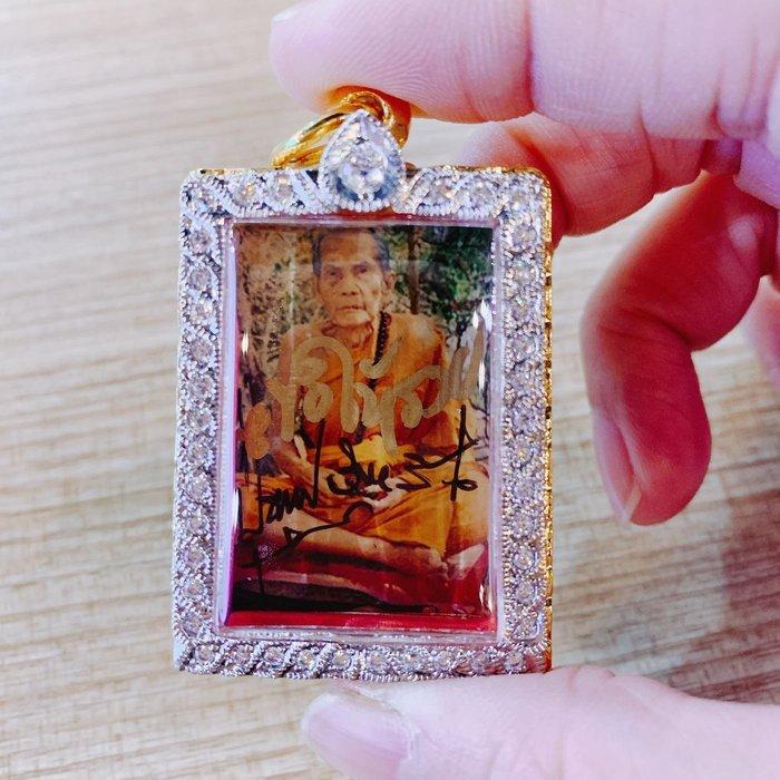 泰極致 真品佛牌保證  龍婆moon 2534 師父親簽法照 後有廟印袈裟