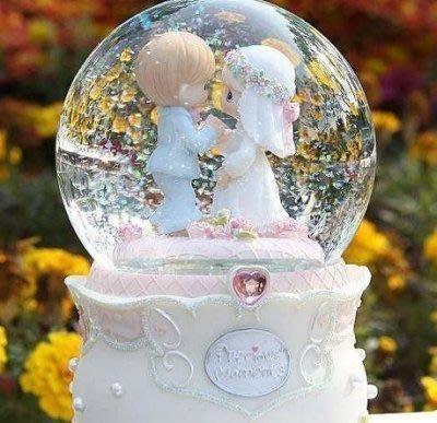 【易發生活館】十指相扣娃娃浪漫婚禮 結婚音樂盒自動飄雪花旋轉水晶球 送朋友結婚禮物白頭偕老