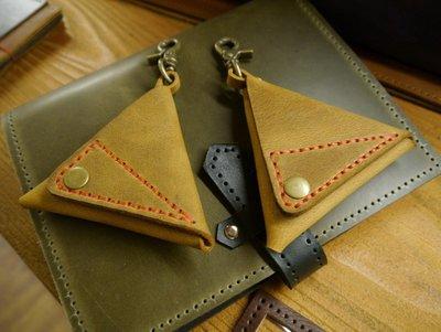 (KH手工皮件)純手工零錢包專人訂製.使用天然牛皮三角立體附勾環可掛款式皮革顏色可自選可燙字
