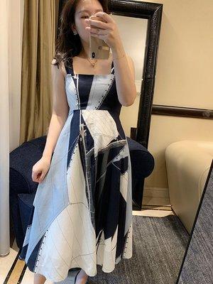 《巴黎拜金女》拼色吊帶裙定位印花工藝大幅用料連衣裙