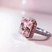 高級珠寶定制款 圍鑲部分為玫瑰金電鍍 鑲嵌主鑽的爪子也是玫瑰金色的 主鑽是5克拉進口高碳鑽 雷迪恩切割 總克拉數5.92!材質925銀鍍金 分色電鍍厚金
