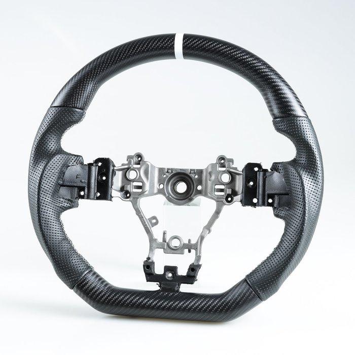 [消光黑碳纖維+真皮] 方向盤 Subaru Levorg WRX STI用霧卡夢/牛皮/有孔/白線+白環1cm 鋁合金