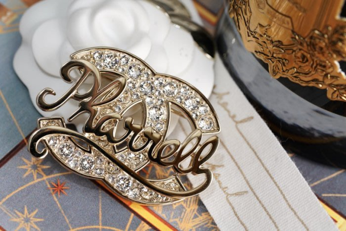 Chanel x Pharrell Williams 聯名系列 AB1376 Brooch 徽章水晶別針