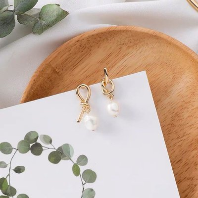 韓 氣質 不對稱 不規則 珍珠 金屬 打結 垂墜式 s925抗敏感 耳針 耳環(可改耳夾)