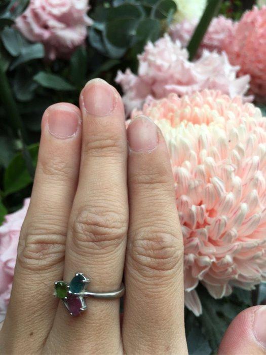 A+天然碧璽戒指~《賓士款式》~有點像幸運草~天然巴西彩虹碧璽,顏色繽紛亮麗,每個碧璽寶石戒指的搭配顏色都不同、隨機出貨!請您喜歡能接受再下單!~{熊寶貝珠寶}